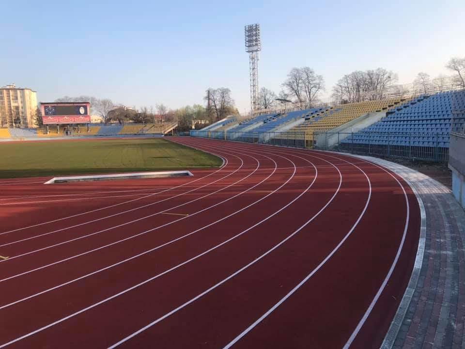 Какое спортивное покрытие следует использовать на теннисных кортах, футбольных полях или легкоатлетических стадионах?